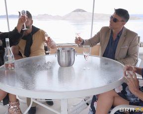 Мажоры отдыхают на яхте и трахают шаловливую блондиночку в киску