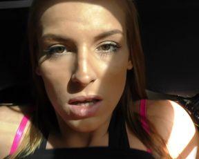 Красивая куколка шпилится в машине в пизду от первого лица, изменяя мужу