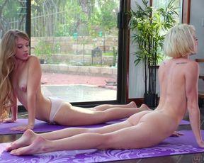 После йоги, две худые лесби отлизали писи и жарко трахнулись
