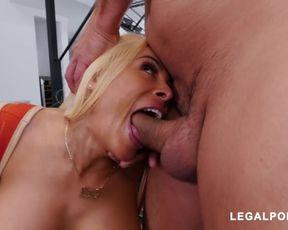 Блондинка мастурбирует пилотку игрушкой и занимается сексом с двойным проникновением
