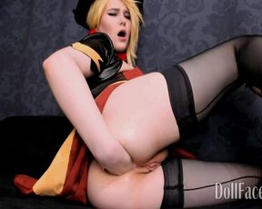 Блондиночка в чулках разрабатывает попу самотыком и фистит рукой