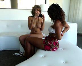 Чернокожая лесбиянка долго вылизывает бритую киску белой подруги