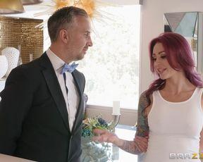 Яркая милфа с татухами сосет пенис и дает раком смазливому мужику