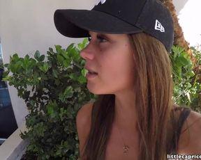 Молодая девушка сосет большой пенис парня в отеле Лас Вегаса