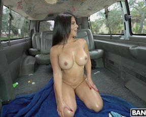 Милфа с большими сиськами трахается с двумя мужиками по очереди в фургоне