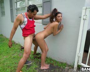 Мексиканский мужик сначала пожарил мясо на мангале, а потом отжарил молодую соседку